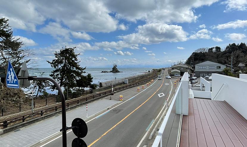 道の駅雨晴海岸の展望デッキ。網戸(快適ネット)からの絶景、富山の雨晴海岸と道の駅。よく見える網戸快適ネット張り替えなら三恵ネット。