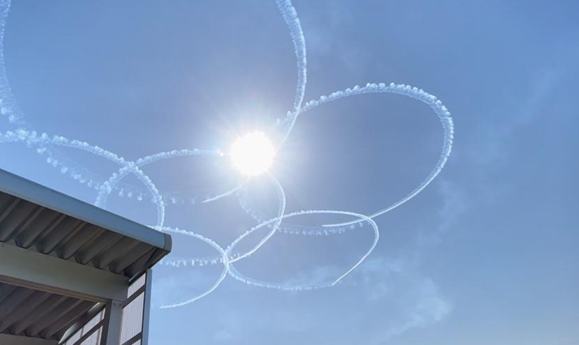 富山県初のブルーインパルス展示飛行、網戸快適ネットからの景色。