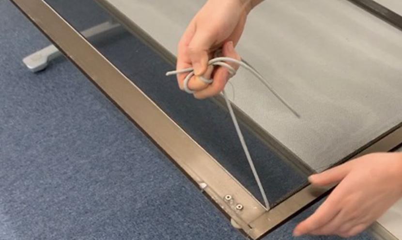 網押さえゴムをはずす。誰でもできる!網戸の張り替え方法。