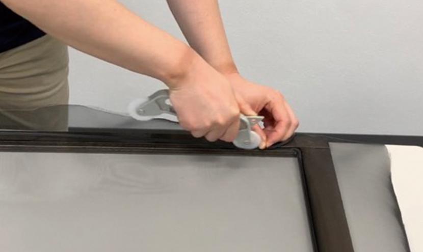 網戸ローラーで押さえる。誰でもできる!網戸の張り替え方法。