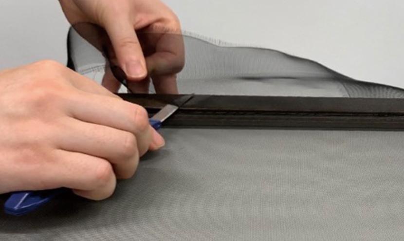 カッターで余分を切り取る。誰でもできる!網戸の張り替え方法。