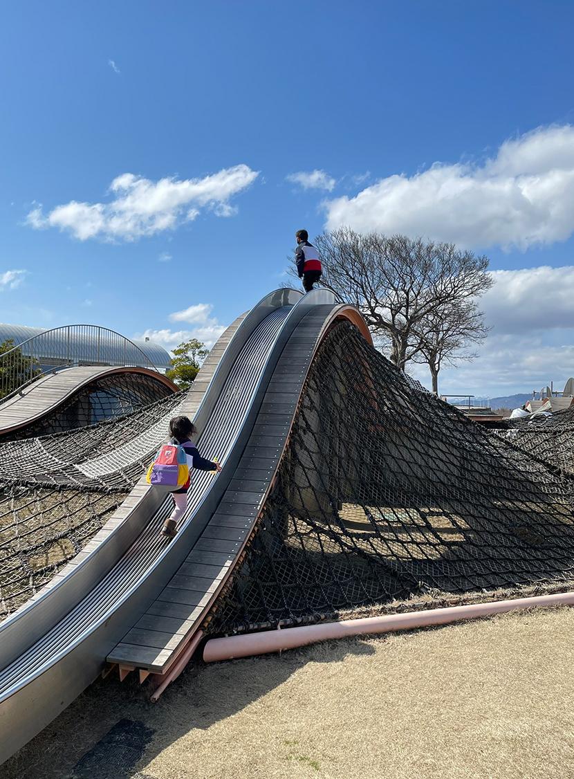 ふれあい広場の大型遊具「波のハンモック」。網戸(快適ネット)からの景色、海王丸パークと新湊大橋。よく見える網戸快適ネット張り替えなら三恵ネット。