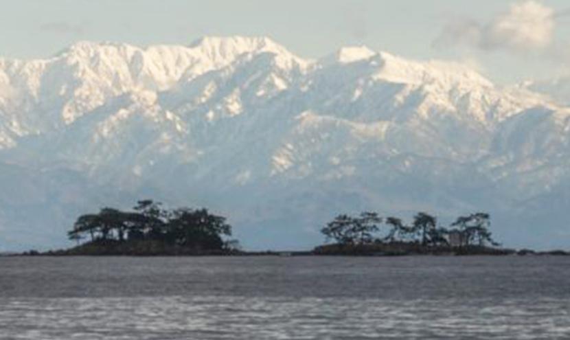 虻が島は男島と女島の2つが連なり、ヒョウタン形をしています。海と立山連峰を一望できる網戸(快適ネット)。スッキリ見える快適ネットなら三恵ネット。