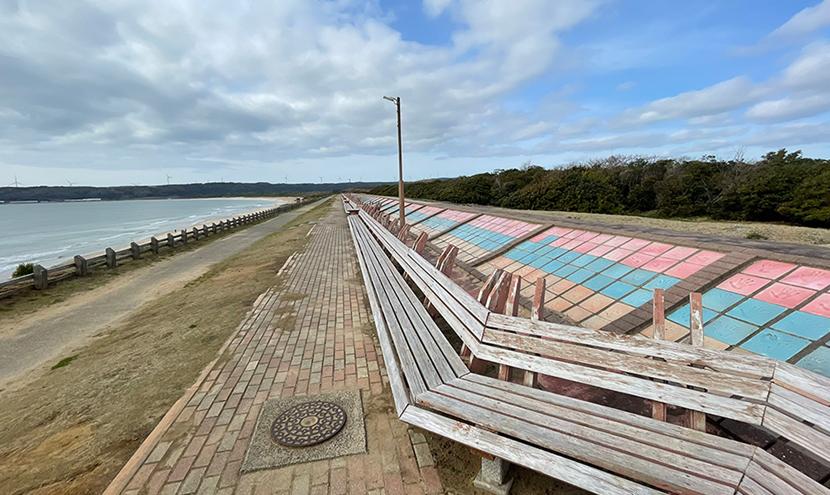 増穂浦海岸の世界一長いベンチ。網戸(快適ネット)からの景色。世界一長いベンチと新鮮甘エビの踊り食い。よく見える網戸快適ネット張り替えなら三恵ネット。