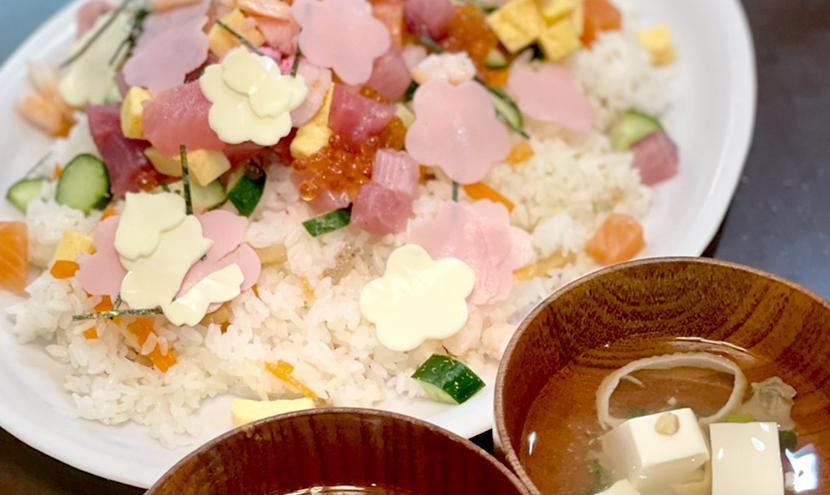 ちらし寿司とはまぐりのお吸い物。網戸(快適ネット)のある暮らし-ひな祭り・桃の節句を楽しむ。スッキリ見える快適ネットなら三恵ネット。