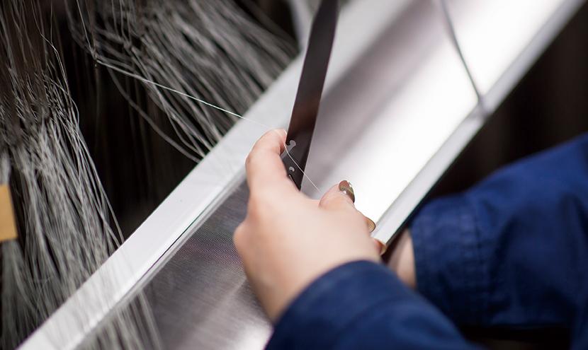織機のたて糸を準備する工程。網戸・防虫網のプロのこだわり。防虫網メーカーの製造工程と品質保証。