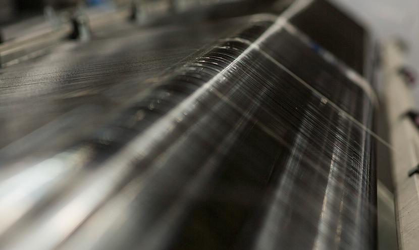 たて糸によこ糸を打ち込む工程。網戸・防虫網のプロのこだわり。防虫網メーカーの製造工程と品質保証。