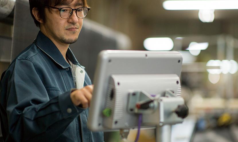 システムによる検品。網戸・防虫網のプロのこだわり。防虫網メーカーの製造工程と品質保証。
