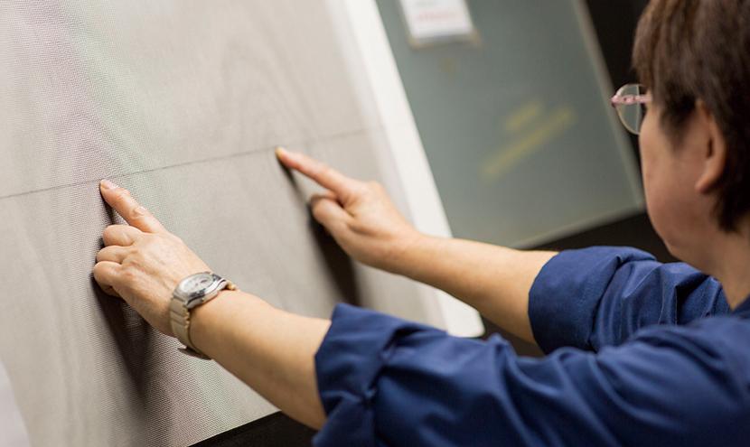 目視による全数検品。網戸・防虫網のプロのこだわり。防虫網メーカーの製造工程と品質保証。