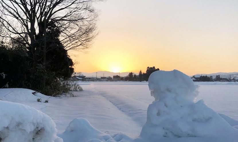 雪に映える朝日とスッキリ見える網戸。朝日がご来光のようにきれい。スッキリ見える快適ネットなら三恵ネット。