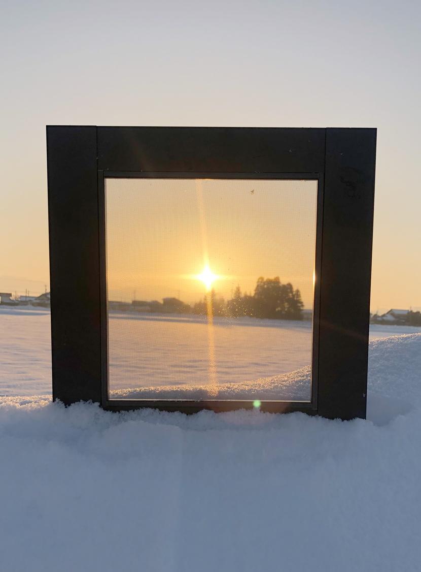 雪に映える朝日とスッキリ見える網戸。スッキリ見える快適ネットなら三恵ネット。