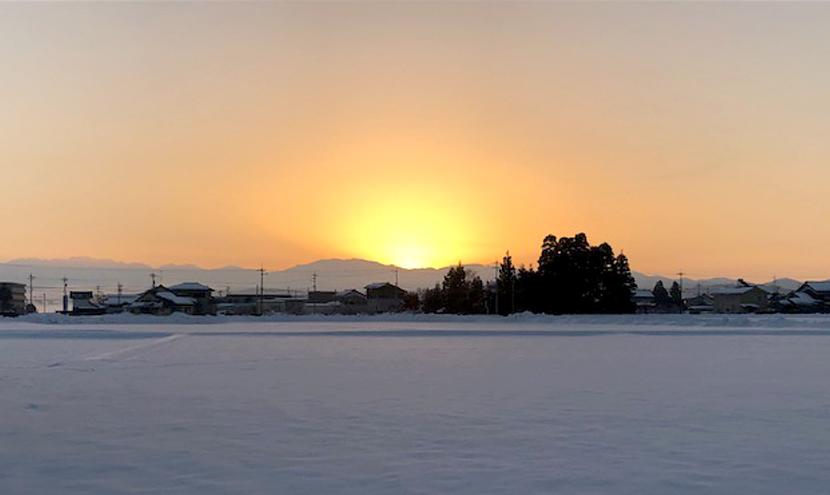 雪に映える朝日とスッキリ見える網戸。気温が寒いのか綺麗に雪に映える朝日。スッキリ見える快適ネットなら三恵ネット。