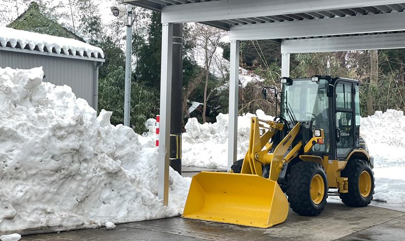 富山県大雪災害に備える(富山市、高岡市、砺波市)。三恵ネットの除雪機タイヤショベル。