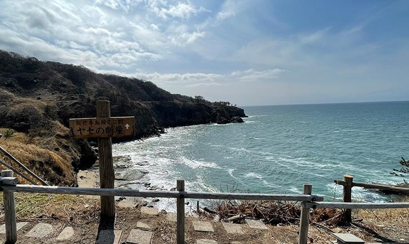 有名推理小説の聖地「ヤセの断崖」。網戸(快適ネット)からの景色。ゼロの焦点ヤセの断崖・義経の舟隠し・関野鼻。