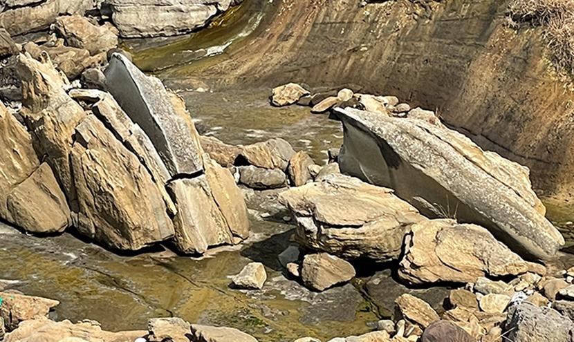 関野鼻海岸の義経一太刀岩、弁慶二太刀岩。網戸(快適ネット)からの景色。ゼロの焦点ヤセの断崖・義経の舟隠し・関野鼻。