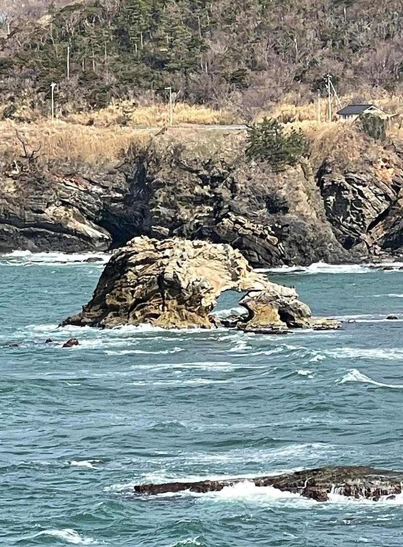 関野鼻海岸のくぐり岩。網戸(快適ネット)からの景色。ゼロの焦点ヤセの断崖・義経の舟隠し・関野鼻。